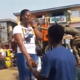 Photo of Guy shuts down Anambra market to propose to his girlfriend of 8 years (photos)
