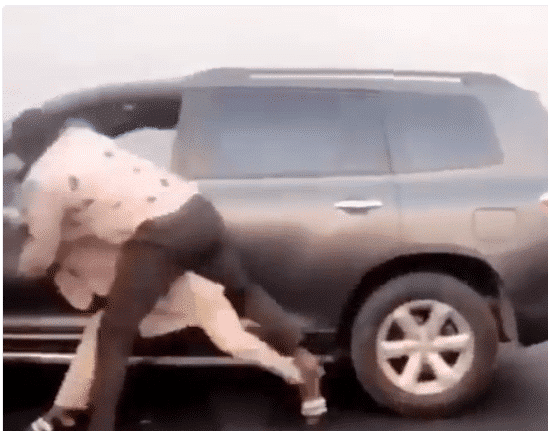 Photo of Nigerian men exchange heavy blows during a serious fight on Third Mainland Bridge (Video)