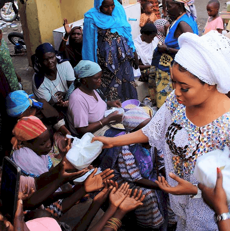 Photo of Liz Anjorin Feeds The Poor In Respect To Her Workaholic Mum