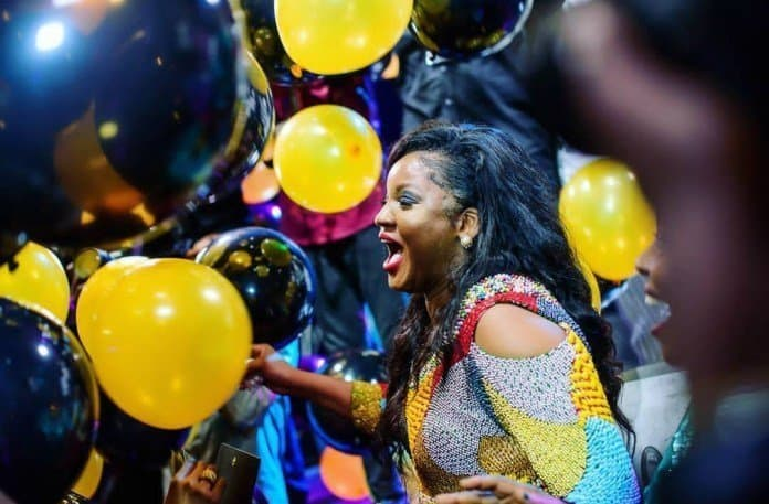 Photo of 40th Birthday Ball: The moment Shina Peters ruined Omotola Ekeinde's make up (photos)
