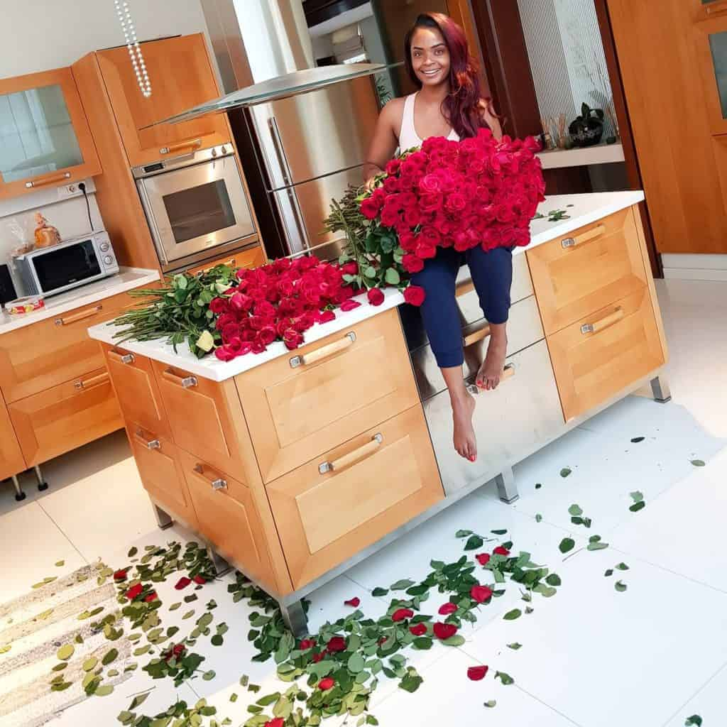 Photo of Dillish Mathews recieves 300 red roses from 'Emmanuel Adebayor (Pictures)