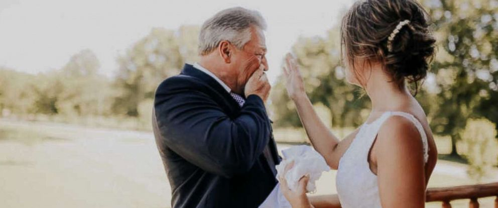 Photo of Bride's touching tribute to her father makes him break down into tears on her wedding day