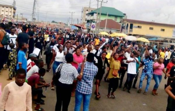 Photo of UNILAG medical students protest as authorities reduce power supply to 3hours