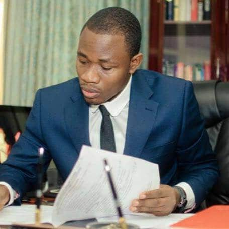 Nigerian Lawyer narrates how a slay queen stole his phone