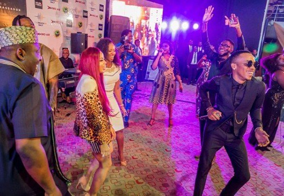 Rochas Okorocha dances shaku shaku with ex-BBNaija housemates, Miracle, Nina and others