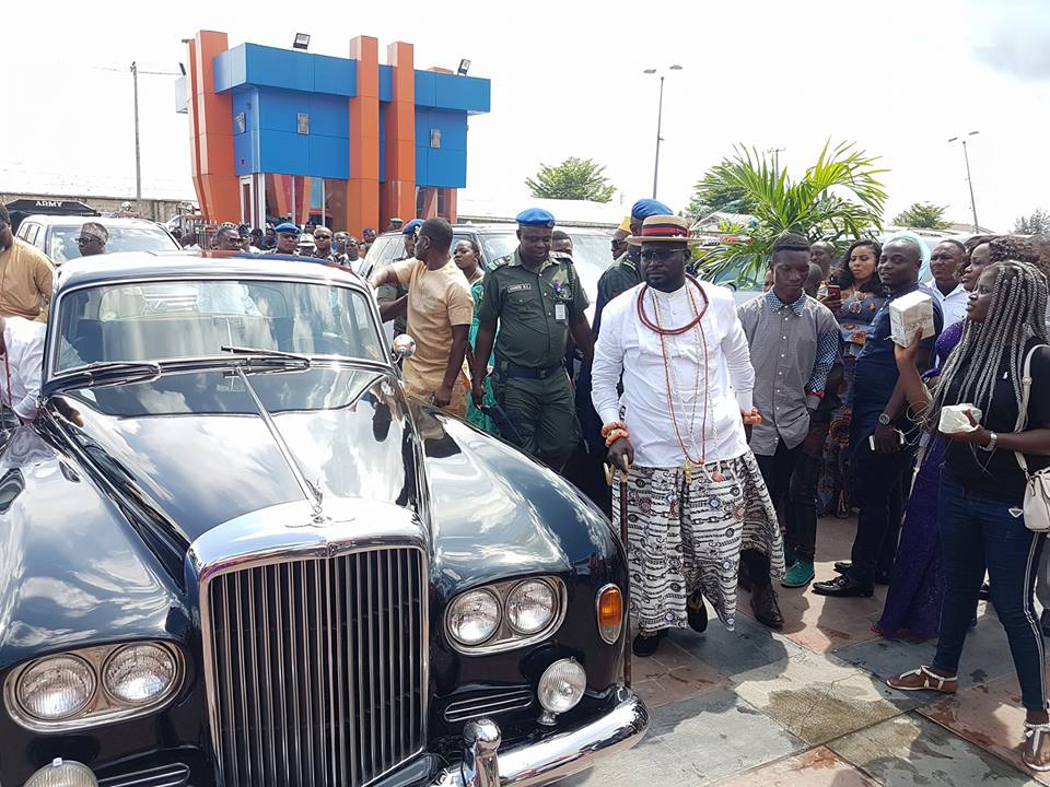 Photo of Billionaire Ayiri Emami makes grand entry with his classic Bentley at a wedding event