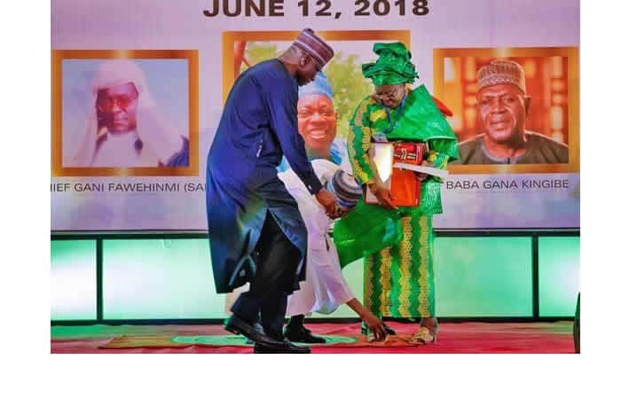 Photo of Hilarious reactions as Buhari bends to pick up object for Fawehinmi's wife