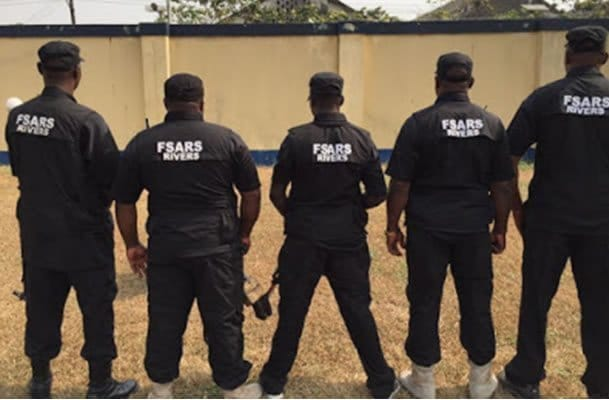 Photo of SARS arrest and extort 10k from a man for having an app on his phone