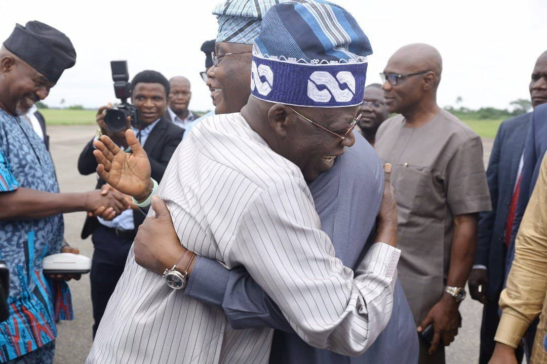 Photo of The moment Tinubu and Atiku hugged each other at an Akure airport (Photos)