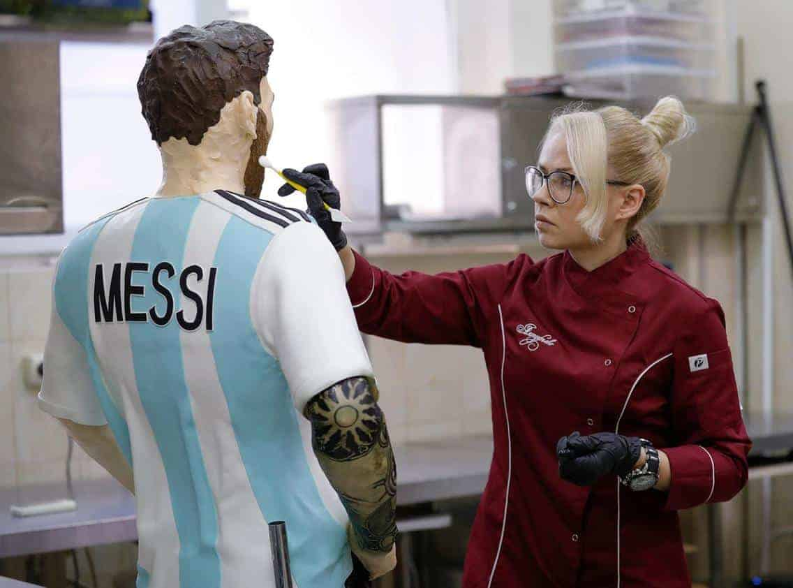 Photo of Photos of the cake Russians sculptured in the likeness of Lionel Messi for his birthday