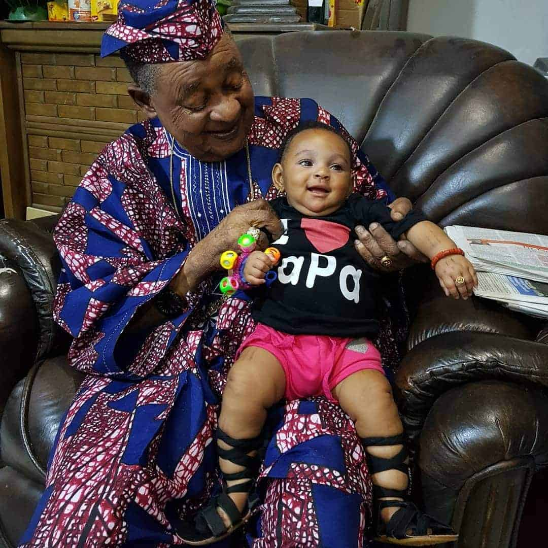 Photo of Adorable photos of Alaafin of Oyo playing with his twin baby girls
