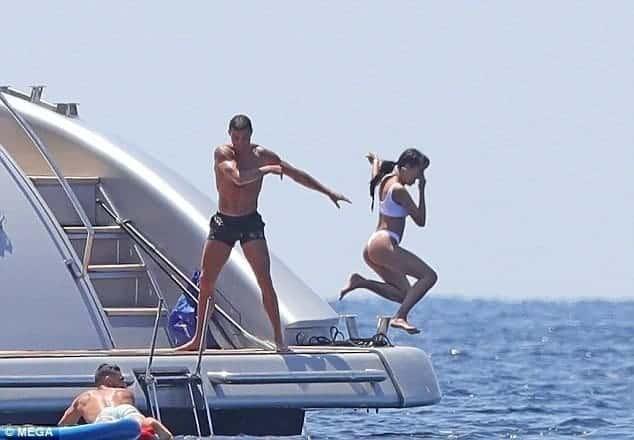 Photo of Ronaldo throws his girlfriend into the sea as they enjoy leisure in Ibiza