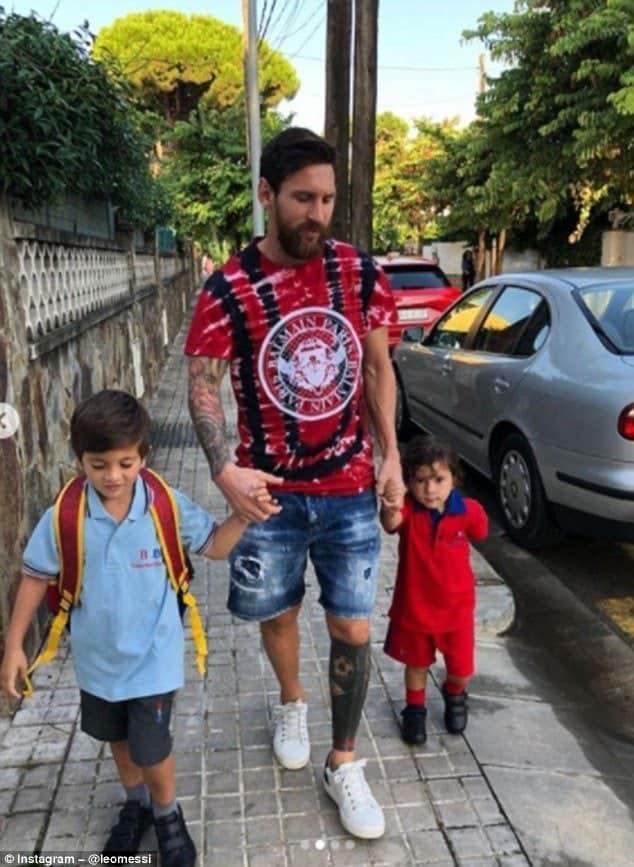 Photo of Messi takes his children to school (photos)