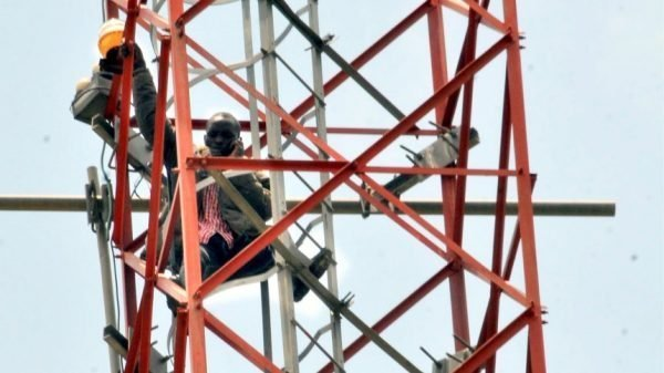 Photo of Man who climbed mast in Abuja to protest against Buhari finally descends