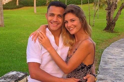 Photo of Manchester United star, Alexis Sanchez announces split with his girlfriend