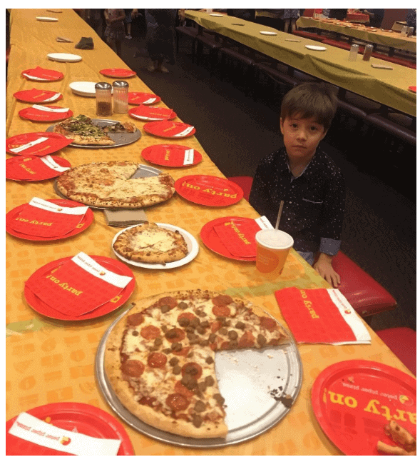 Photo of 6 year old eats alone at his birthday after his 32 classmates don't show up