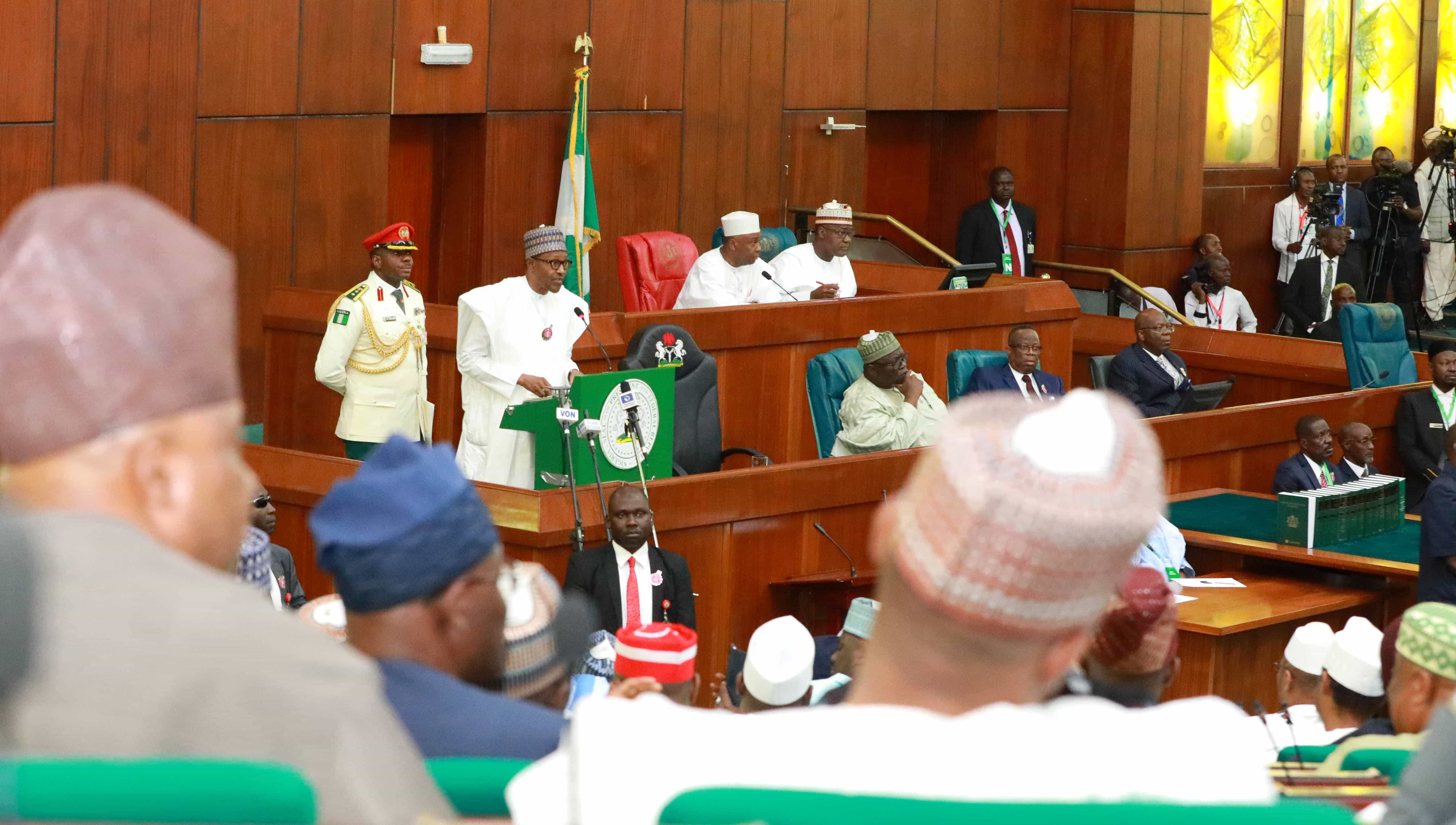Photo of President Buhari presents the 2019 budget at the National Assembly
