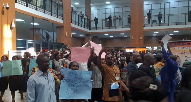 Photo of Lodgers at Lagos Continental Hotel in violent protest over stuck elevator and leaking roof