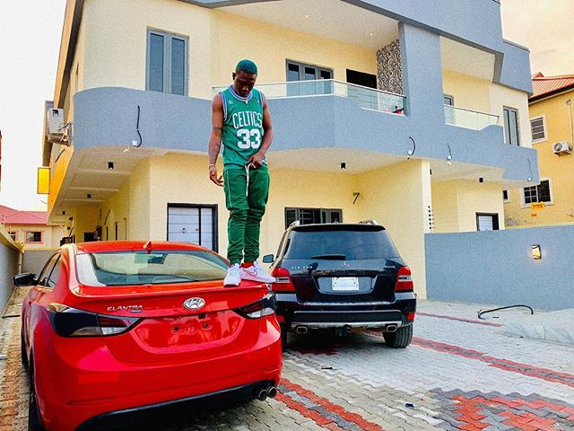 Photo of Zlatan Ibile shows off his house and two new cars