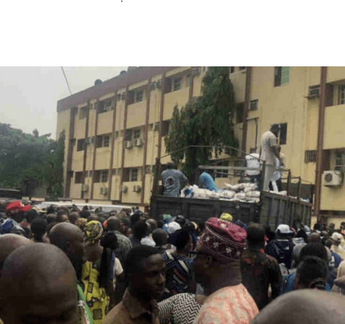 Photo of Lagos Workers fall over each other for Sanwo-Olu rice…Agbaje laments
