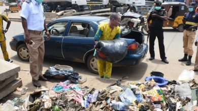 Photo of Man forced to load garbage into his car after caught dumping refuse illegally (Photos)