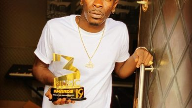 Photo of Shatta Wale cuts himself as blood oath never to work with Ghana Music Awards