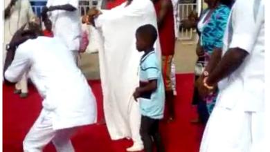 """Photo of Edo State king shocks public with """"ShakuShaku"""" dance"""