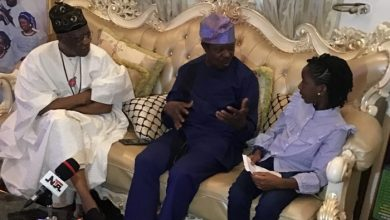 Photo of King Sunny Ade surprises 9-year-old fan with visit in Lagos and this happens!