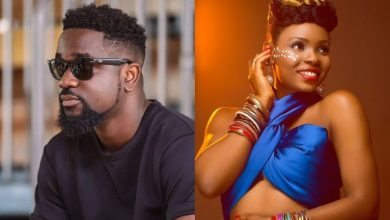 Photo of Sarkodie swallows his pride, apologizes to Yemi Alade three years after she called him out