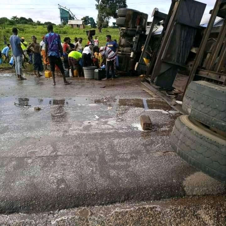residents scoop Fuel At petrol tanker accident scene in Benue